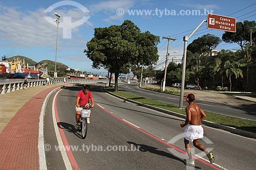 Pessoas na ciclovia da Avenida Marechal Mascarenhas de Moraes às margens do Rio Santa Maria  - Vitória - Espírito Santo (ES) - Brasil
