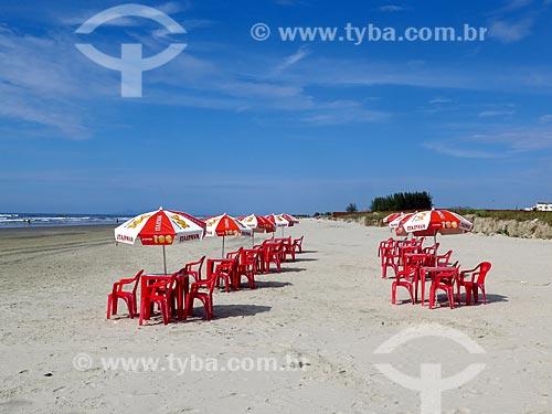 Cadeiras e mesas na orla da praia da cidade de Ilha Comprida  - Ilha Comprida - São Paulo (SP) - Brasil