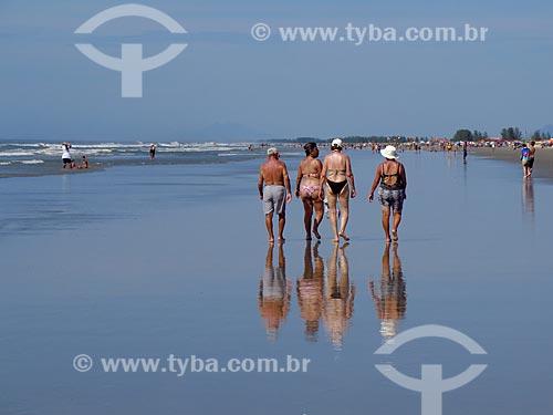 Banhistas na praia da cidade de Ilha Comprida  - Ilha Comprida - São Paulo (SP) - Brasil