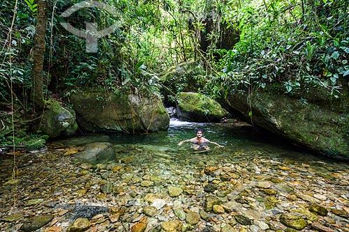 Banhista no Poço das Bromélias na Área de Proteção Ambiental da Serrinha do Alambari  - Resende - Rio de Janeiro (RJ) - Brasil