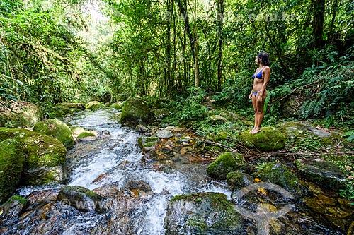 Banhista às margens do Rio Santo Antônio na Área de Proteção Ambiental da Serrinha do Alambari  - Resende - Rio de Janeiro (RJ) - Brasil