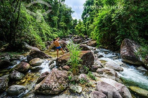 Homem fotografando o Rio Pirapetinga na Área de Proteção Ambiental da Serrinha do Alambari  - Resende - Rio de Janeiro (RJ) - Brasil
