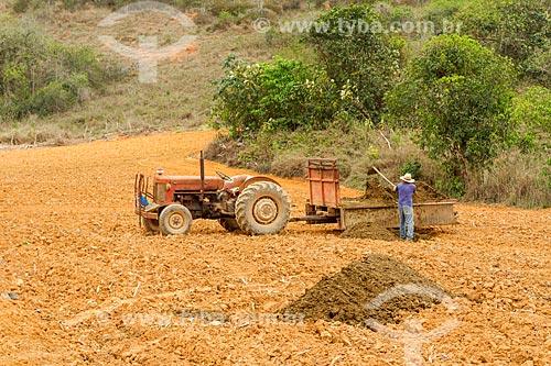 Aplicação de adubo em plantação de milho  - Guarani - Minas Gerais (MG) - Brasil