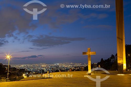 Vista do pôr do sol da cidade de Belo Horizonte a partir da Praça Israel Pinheiro - também conhecida como Praça do Papa  - Belo Horizonte - Minas Gerais (MG) - Brasil