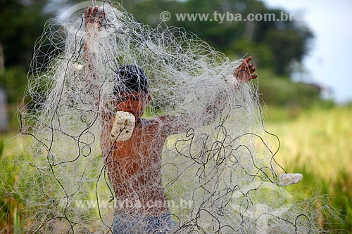 Menino desembolando rede de pesca na Comunidade Ribeirinha São Francisco do Aiucá  - Uarini - Amazonas (AM) - Brasil