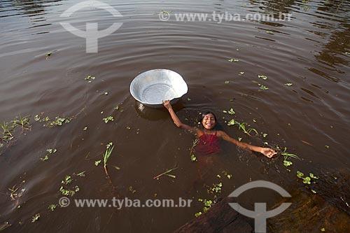 Menina da Comunidade Ribeirinha São Francisco do Aiucá no Rio Uarini  - Uarini - Amazonas (AM) - Brasil
