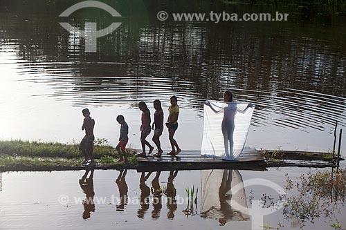 Crianças da Comunidade Ribeirinha São Francisco do Aiucá no Rio Uarini  - Uarini - Amazonas (AM) - Brasil