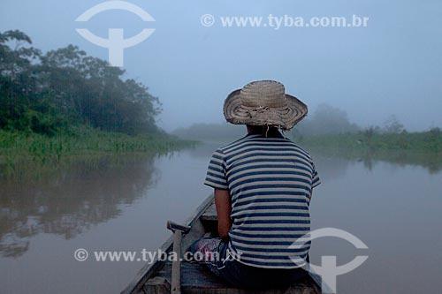 Menino em canoa na Comunidade Ribeirinha São Francisco do Aiucá  - Uarini - Amazonas (AM) - Brasil