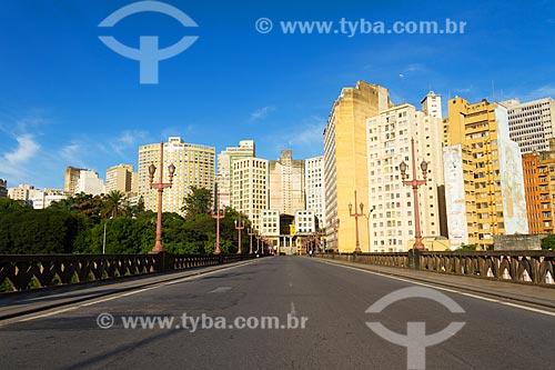 Vista de prédios da cidade de Belo Horizonte a partir do Viaduto de Santa Tereza (1929)  - Belo Horizonte - Minas Gerais (MG) - Brasil