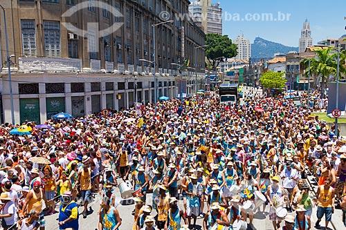 Desfile do bloco Escravos da Mauá com a torre do relógio da Central do Brasil ao fundo  - Rio de Janeiro - Rio de Janeiro (RJ) - Brasil