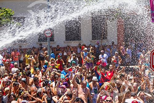 Jato dágua para refrescar os foliões durante o desfile do bloco Escravos da Mauá  - Rio de Janeiro - Rio de Janeiro (RJ) - Brasil