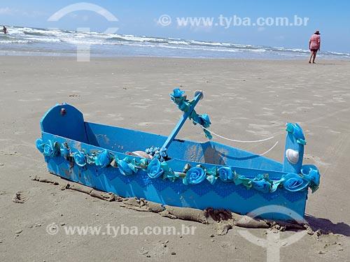 Detalhe de barco de oferendas à Yemanjá na orla da praia da cidade de Cidreira  - Cidreira - Rio Grande do Sul (RS) - Brasil