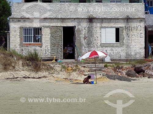 Criança brincando em frente a casa de veraneio na orla da praia da cidade de Cidreira  - Cidreira - Rio Grande do Sul (RS) - Brasil