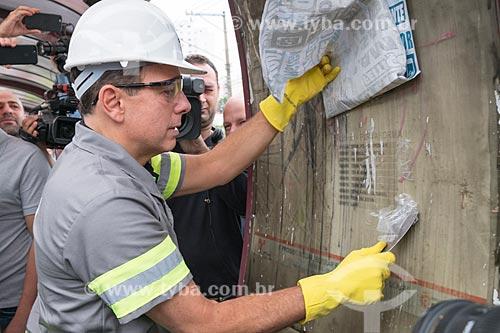 Prefeito João Doria Júnior realizando a limpeza de ponto de ônibus - ação do programa Cidade Linda  - São Paulo - São Paulo (SP) - Brasil