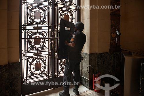 Policial abrigado na Assembléia Legislativa do Estado do Rio de Janeiro (ALERJ) durante manifestação  - Rio de Janeiro - Rio de Janeiro (RJ) - Brasil