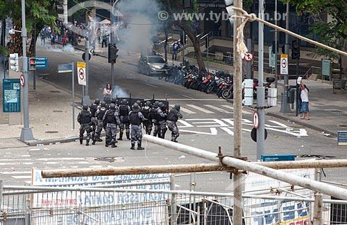 Tropa de Choque na esquina da Avenida Presidente Antônio Carlos com a Rua da Assembléia durante manifestação em frente à Assembléia Legislativa do Estado do Rio de Janeiro (ALERJ)  - Rio de Janeiro - Rio de Janeiro (RJ) - Brasil