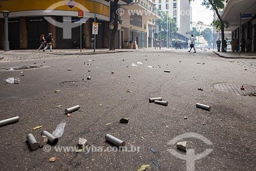 Cartuchos e pedras na Rua da Assembléia após manifestação em frente à Assembléia Legislativa do Estado do Rio de Janeiro (ALERJ)  - Rio de Janeiro - Rio de Janeiro (RJ) - Brasil