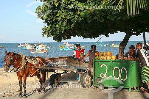 Vendedor ambulante de côco na orla da Praia de Tambaú  - João Pessoa - Paraíba (PB) - Brasil