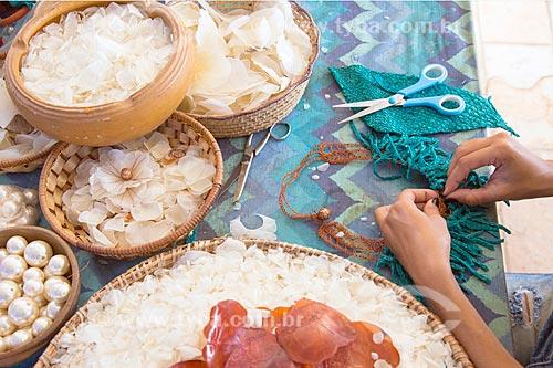 Detalhe de artesanato em couro e escamas de peixe - Sereias da Penha  - João Pessoa - Paraíba (PB) - Brasil
