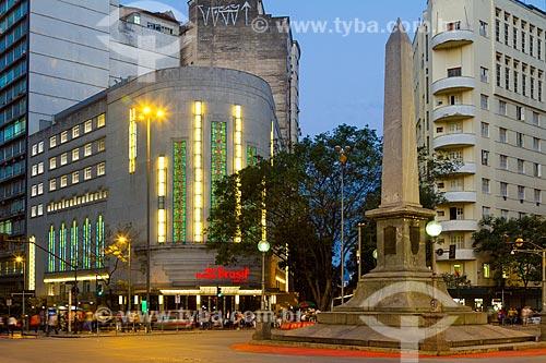 Vista do obelisco da Praça Sete de Setembro com o Centro Cultural Cine Theatro Brasil Vallourec - antigo Cine Theatro Brasil (1932) - ao fundo  - Belo Horizonte - Minas Gerais (MG) - Brasil