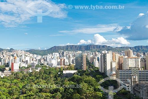 Vista geral do Parque Municipal Américo Renné Giannetti (1897) e da Avenida Afonso Pena com a Serra do Curral ao fundo  - Belo Horizonte - Minas Gerais (MG) - Brasil