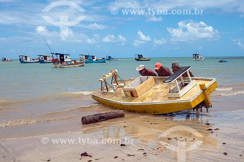 Pescadores carregando jangada no mar da Praia de Tambaú  - João Pessoa - Paraíba (PB) - Brasil