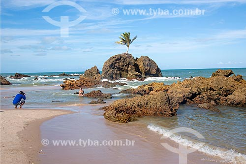 Homem fotografando mulher na orla da Praia de Tambaba  - Conde - Paraíba (PB) - Brasil