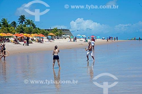 Casal jogando frescobol na orla da Praia de Tambaú com o Hotel Tropical Tambaú ao fundo  - João Pessoa - Paraíba (PB) - Brasil