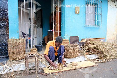 Artesão trabalhando com cipó  - Vicência - Pernambuco (PE) - Brasil