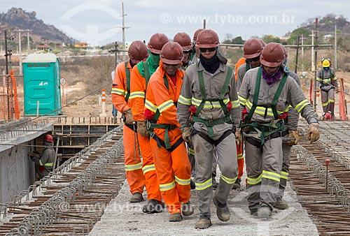 Operários no canteiro de obras para a construção da ponte da Rodovia BR-232 sobre o canal do Projeto de Integração do Rio São Francisco com as bacias hidrográficas do Nordeste Setentrional  - Salgueiro - Pernambuco (PE) - Brasil