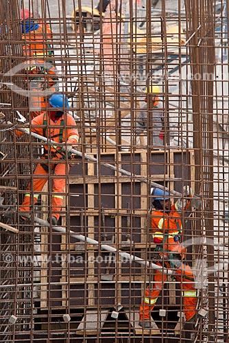Operários no canteiro de obras do Reservatório Negreiros - parte do Projeto de Integração do Rio São Francisco com as bacias hidrográficas do Nordeste Setentrional  - Salgueiro - Pernambuco (PE) - Brasil