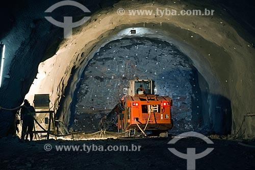 Perfuratriz Jumbo furando rocha para colocação de dinamite no Túnel Negreiros - eixo norte - parte do Projeto de Integração do Rio São Francisco com as bacias hidrográficas do Nordeste Setentrional  - Penaforte - Ceará (CE) - Brasil