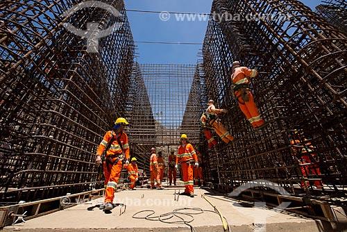 Operários no canteiro de obras da Unidade de Bombeamento UBV 6 - eixo leste - parte do Projeto de Integração do Rio São Francisco com as bacias hidrográficas do Nordeste Setentrional  - Sertânia - Pernambuco (PE) - Brasil