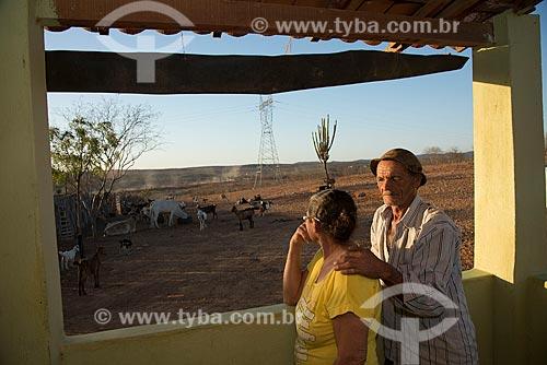 Casal na varanda de casa em frente ao Reservatório Cacimba Nova  - Custódia - Pernambuco (PE) - Brasil