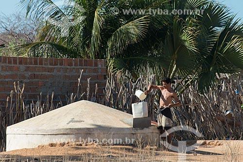 Jovem pegando água em cisterna na Aldeia Travessão de Ouro - Tribo Pipipãs  - Floresta - Pernambuco (PE) - Brasil