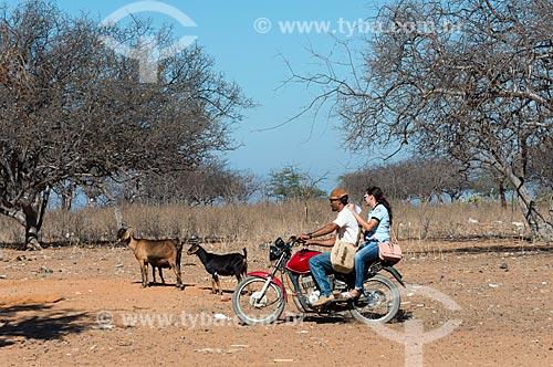 Casal em motocicleta na Aldeia Travessão de Ouro - Tribo Pipipãs  - Floresta - Pernambuco (PE) - Brasil