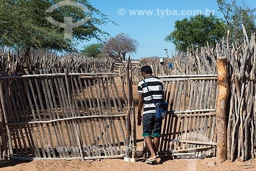 Homem fechando curral para a criação de cabra (Capra aegagrus hircus) na Aldeia Travessão de Ouro - Tribo Pipipãs  - Floresta - Pernambuco (PE) - Brasil