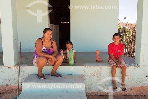 Mãe e filhos na varanda de casa na Aldeia Capoeira do Barro - Tribo Pipipãs  - Floresta - Pernambuco (PE) - Brasil