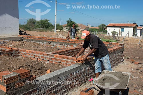 Pedreiro construindo casa na Tribo Truká  - Cabrobó - Pernambuco (PE) - Brasil