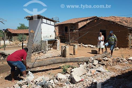 Moradores da Aldeia Camaleão - Tribo Truká - fazendo limpeza de terreno  - Cabrobó - Pernambuco (PE) - Brasil