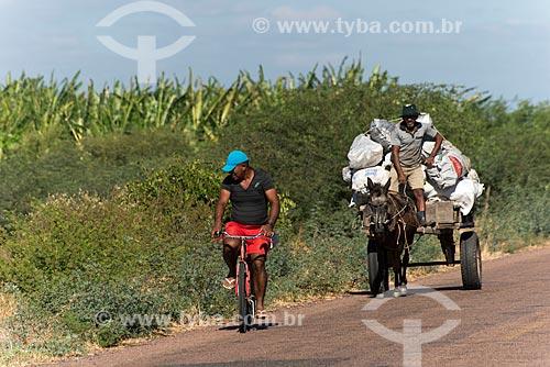 Ciclista e índio truká transportando carvão em carroça - Tribo Truká  - Cabrobó - Pernambuco (PE) - Brasil