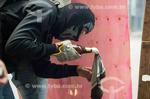 Manifestante acendendo coquetel molotov durante Protesto de servidores públicos  - Rio de Janeiro - Rio de Janeiro (RJ) - Brasil
