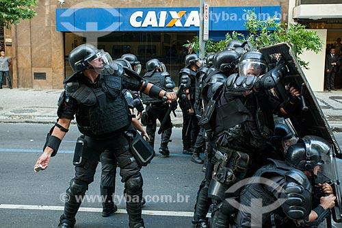 Manifestantes em confronto com a polícia durante Protesto de servidores públicos  - Rio de Janeiro - Rio de Janeiro (RJ) - Brasil