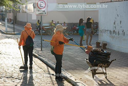 Garis limpando o centro da cidade de Monteiro  - Monteiro - Paraíba (PB) - Brasil