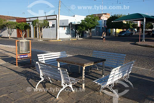 Mesa e cadeiras no canteiro central da Rua Coronel João Santa Cruz  - Monteiro - Paraíba (PB) - Brasil