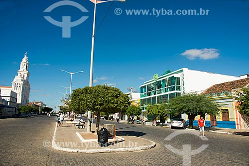 Vista da Rua Coronel João Santa Cruz com a Igreja de Nossa Senhora das Dores - à esquerda - e o Shopping Bormoratt - à direita  - Monteiro - Paraíba (PB) - Brasil