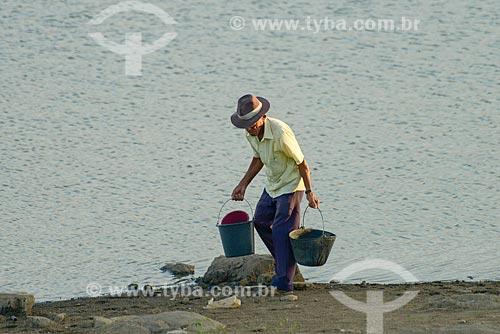 Idoso pegando água no açude da cidade de Monteiro  - Monteiro - Paraíba (PB) - Brasil