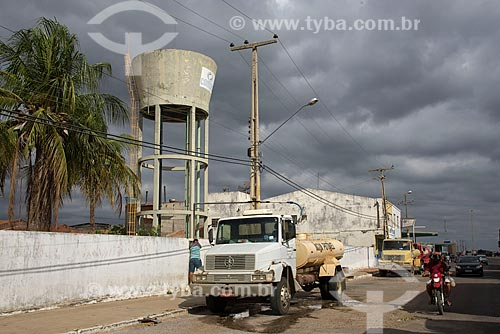 Caminhões pipa aguardando carregamento  - Cabrobó - Pernambuco (PE) - Brasil
