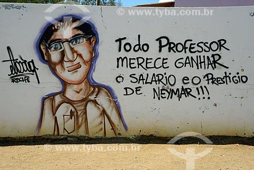 Grafite em muro de escola com os dizeres: todo professor merece ganhar o salário e o prestígio de Neymar  - Floresta - Pernambuco (PE) - Brasil