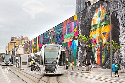 Veículo leve sobre trilhos próximo ao Mural Etnias na Orla Prefeito Luiz Paulo Conde (2016)  - Rio de Janeiro - Rio de Janeiro (RJ) - Brasil